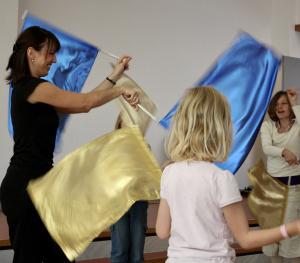 Steffi tanzt mit Flaggen und der Kindertanzgruppe mit Karin Bricher